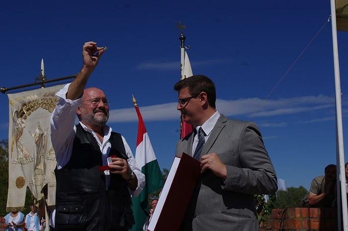 Levente Péter átveszi a díjat Kertész Pétertől
